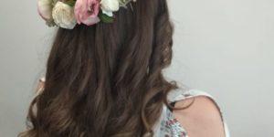 Melena larga con ondas y corona de flores.